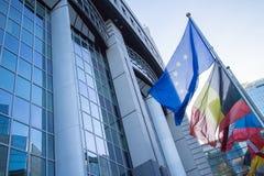 Banderas con el Parlamento Europeo Fotografía de archivo libre de regalías