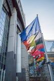 Banderas con el Parlamento Europeo Fotos de archivo