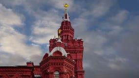 Banderas con las medallas y cintas en la fachada de la decoración histórica de Victory Day del museo, Plaza Roja, Moscú, Rusia almacen de video
