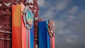 Banderas con las medallas y cintas en la fachada de la decoración histórica de Victory Day del museo, Plaza Roja, Moscú, Rusia metrajes