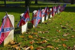 Banderas confederadas en sepulcros de la guerra civil Fotografía de archivo libre de regalías