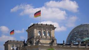 Banderas de Alemania y la bóveda del edificio de Reichstag en Berlín metrajes