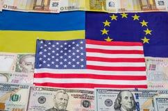 Banderas de América de Europa y de Ucrania con el dinero Fotos de archivo