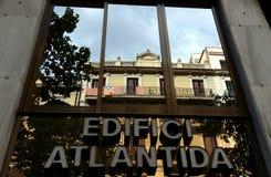 Banderas de Cataluña en el balcón en la reflexión de una ventana en Barcelona Foto de archivo libre de regalías