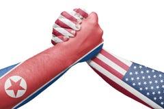 Banderas de Corea del Norte y de los Estados Unidos que lanzan una lucha Imagenes de archivo