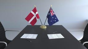 Banderas de Dinamarca y de Australia y papeles en la tabla Negociaciones y firma de un acuerdo internacional Conceptual almacen de metraje de vídeo