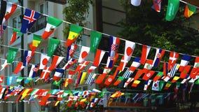 Banderas de diversos estados en las calles de la ciudad almacen de metraje de vídeo