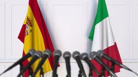 Banderas de España y de Italia en la rueda de prensa internacional de la reunión o de las negociaciones metrajes