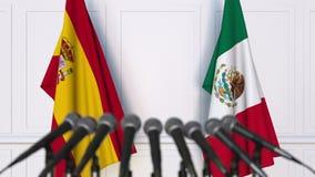 Banderas de España y de México en la rueda de prensa internacional de la reunión o de las negociaciones metrajes