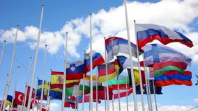 Banderas de estados en astas de bandera metrajes