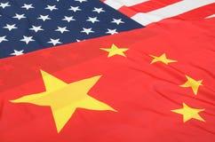 Banderas de Estados Unidos y de China Foto de archivo