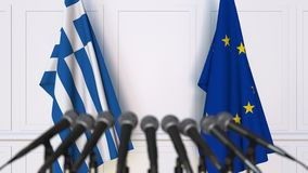 Banderas de Grecia y de la unión europea en la rueda de prensa internacional de la reunión o de las negociaciones almacen de video
