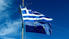 Banderas de Grecia y de la uni?n europea en el fondo del cielo azul, pol?tica de Europa almacen de video