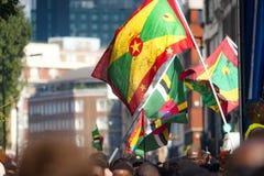 Banderas de Grenada y de Dominica en el carnaval de Notting Hill fotos de archivo libres de regalías