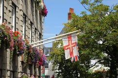 Banderas de Guernesey, ciudad vieja, puerto de San Pedro guernesey Fotografía de archivo