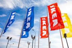 Banderas de IKEA contra un cielo azul cerca de IKEA Samara Store Fotografía de archivo