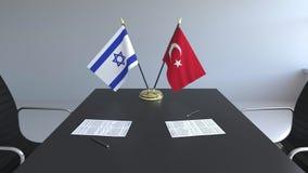 Banderas de Israel y de Turquía y papeles en la tabla Negociaciones y firma de un acuerdo internacional 3D conceptual almacen de video