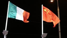 Banderas de Italia y de China con la iluminación en el viento en la noche metrajes