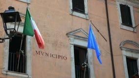 Banderas de Italia y de Europa que agitan en el municipio de Nemi almacen de metraje de vídeo