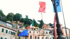 Banderas de Italia y de Europa que agitan en Nemi, provincia de Roma metrajes
