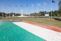 Banderas de Kuwait en el aeropuerto Foto de archivo libre de regalías