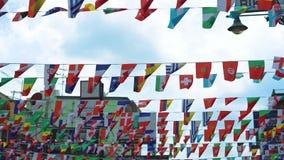 Banderas de la caída de los países diferentes en la calle almacen de metraje de vídeo