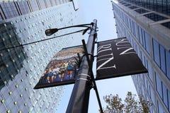 Banderas de la calle del funcionamiento de Vancouver Sun entre los raspadores del cielo Fotos de archivo libres de regalías