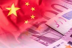 Banderas de la China y de los billetes de banco euro fotografía de archivo