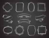 Banderas de la cinta de la pizarra del vintage, marcos y etiquetas dibujados mano en sistema negro del vector de la pizarra ilustración del vector