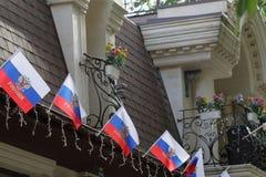 Banderas de la Federación Rusa en el edificio Imágenes de archivo libres de regalías