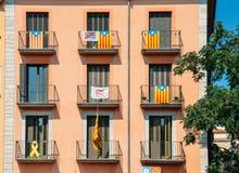 Banderas de la independencia de Cataluña en balcones en Girona, Catolonia, España fotografía de archivo libre de regalías