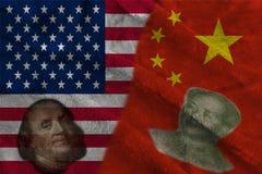 Banderas de la mitad de China y de los E.E.U.U. dos así como caras de Benjamin Franklin y de Mao Zedong imágenes de archivo libres de regalías