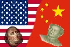 Banderas de la mitad de China y de los E.E.U.U. dos así como caras de Benjamin Franklin y de Mao Zedong foto de archivo libre de regalías