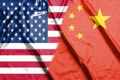 Banderas de la mitad de China y de los E.E.U.U. dos junto fotografía de archivo