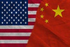 Banderas de la mitad de China y de los E.E.U.U. dos junto foto de archivo libre de regalías
