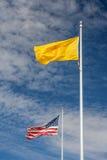 Banderas de la nación y de Estados Unidos de Navajo en el monumento los E.E.U.U. de cuatro esquinas Imágenes de archivo libres de regalías