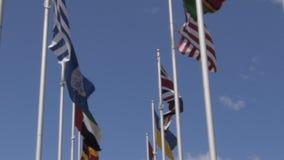 Banderas de la O.N.U, de los E.E.U.U. y del Reino Unido almacen de video