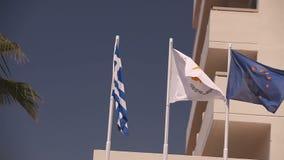Banderas de la unión europea, Grecia, Chipre, la ciudad de Aya Napa, Grecia, banderas en la asta de bandera, el agitar del viento metrajes