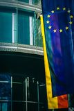 Banderas de la unión europea y de la Alemania fuera de una oficina en Munich, Alemania fotografía de archivo libre de regalías