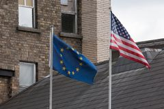 Banderas de la unión europea y de Estados Unidos de lado a lado imágenes de archivo libres de regalías