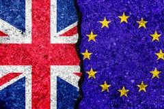Banderas de la unión europea y gran de Britan pintados en la pared agrietada ilustración del vector
