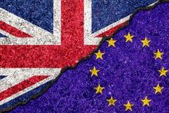 Banderas de la unión europea y gran de Britan pintados en la pared agrietada stock de ilustración