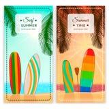 Banderas de la vertical del centro turístico que practican surf Fotografía de archivo