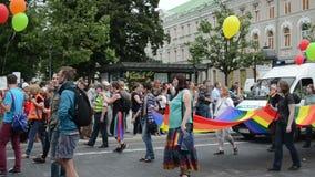 Banderas de los carteles del desfile gay almacen de metraje de vídeo