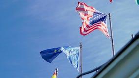 Banderas de los E.E.U.U. y de la unión europea que agitan en la cámara lenta almacen de metraje de vídeo