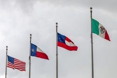 Banderas de los estados desatados de América, el estado de Tejas, la primera bandera nacional oficial del Confederacy y de México imágenes de archivo libres de regalías