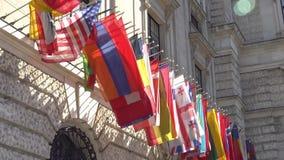 Banderas de los Estados participantes del OSCE en las jefaturas que construyen en Viena almacen de metraje de vídeo