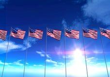 Banderas de los Estados Unidos de América debajo del cielo azul Foto de archivo libre de regalías