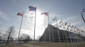 Banderas de los países de UE delante del nuevo edificio de la biblioteca nacional de Letonia almacen de video