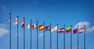 Banderas de los países europeos contra el cielo azul Foto de archivo
